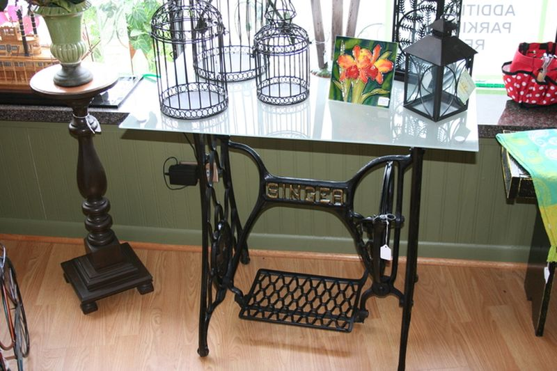 Four ways to repurpose an old sewing machine - Table machine a coudre singer ...