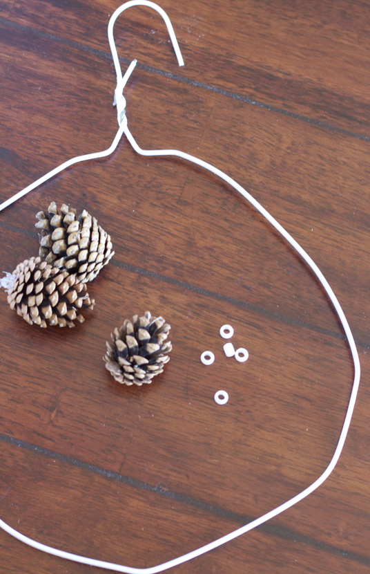 crafty winter decorations with pine cones wreath 3