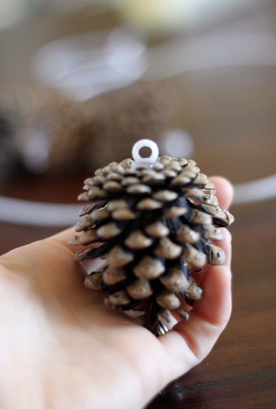 crafty winter decorations with pine cones wreath 4