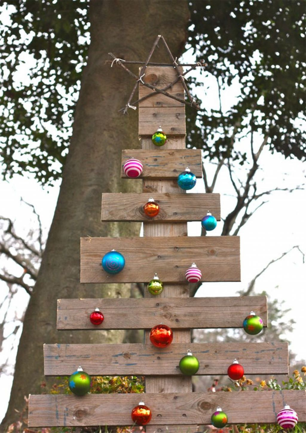 Outdoor decorating ideas 10 diy ideas for the holidays for Decorating outdoor trees