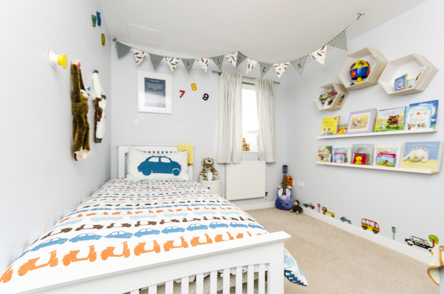 Children 39 s bedroom decorating ideas playing in style for Things to decorate bedroom