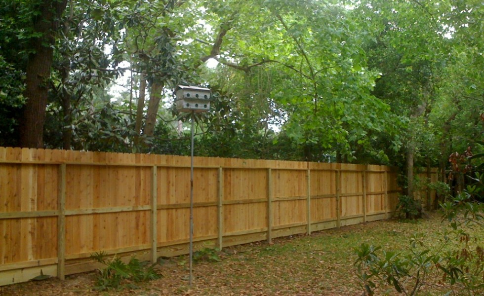 How to build a wood fence at home