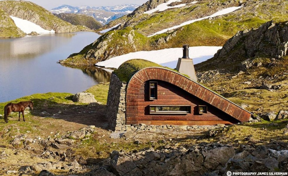 The camouflaged mountain lodge in Norway